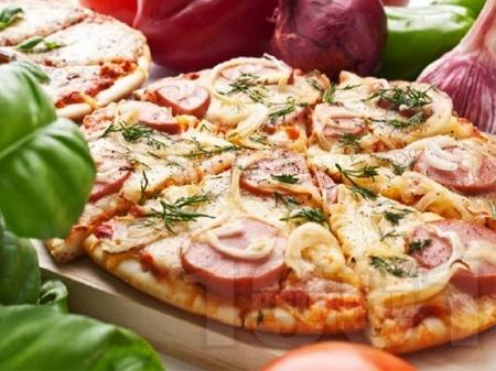 Венецианска пица с кренвирши, кашкавал и домати - снимка на рецептата